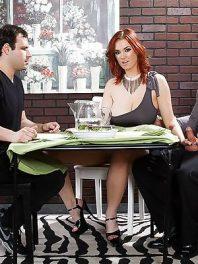 Mujer trae a cenar al peor enemigo de su marido y se lo folla delante de él (Siri)