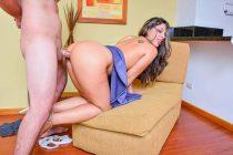 A la latina culona Ana Torres le pone cachonda grabarse un vídeo porno